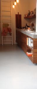 betonlook gietvloer keuken lichtgrijs