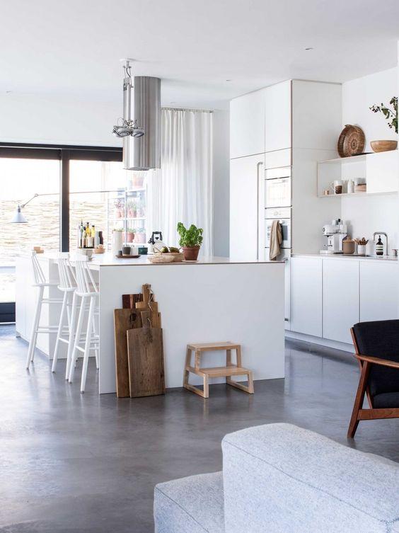 betonlook gietvloer in een witte keuken